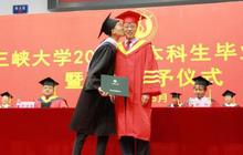 Trung Quốc: Cả hội trường thích thú chứng kiến nam sinh hôn trộm má thầy hiệu trưởng khi lên nhận bằng tốt nghiệp