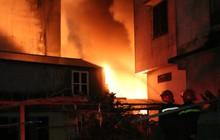 Hà Nội: Xưởng nhựa bất ngờ bốc cháy dữ dội trong đêm