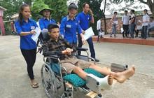 Nghệ An: Đội tình nguyện đến tận nhà đón rồi đưa thí sinh gãy chân vào phòng thi