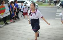 Thí sinh tham gia kỳ thi THPT quốc gia bắt đầu làm bài thi môn Toán