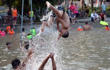 Người dân thôn Trầm ùn ùn rủ nhau ra hồ nước nhân tạo tắm mát giải nhiệt mùa hè
