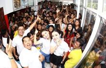 Hàng trăm khán giả Myanmar chen lấn, xô đẩy để được gặp Á hậu Huyền My