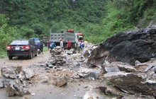 Đất đá sạt lở chia cắt QL7, gây ách tắc cục bộ trên địa bàn tỉnh Nghệ An