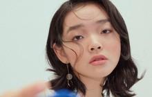 Từng bị chê mặt ếch, ngũ quan tầm thường, không ngờ người mẫu trẻ Singapore này 18 tuổi đã có thể sải bước trên sàn catwalk danh tiếng