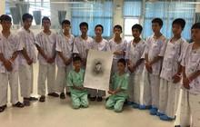 Sau khi sức khỏe dần ổn định, đội bóng nhí Thái Lan được thông báo về cái chết của thợ lặn