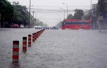Nhiều tuyến phố Hà Tĩnh chìm trong biển nước do mưa lớn nhiều ngày