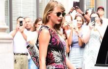 """Thâm như Taylor Swift: Đeo ba lô da rắn ra phố đúng ngày """"kỷ niệm"""" 2 năm bị Kim Kardashian gọi là rắn"""