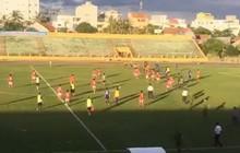 Clip: Cầu thủ Bà Rịa-Vũng Tàu đuổi đánh trọng tài