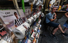 CĐV Napoli bày bán giấy vệ sinh in mặt Ronaldo