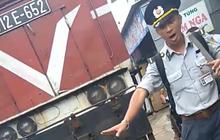 """Bị tàu lửa tông, người nhà dùng xe máy chặn đoàn tàu để """"bắt đền"""""""