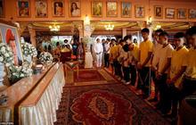 Sau ngày ra viện, đội bóng nhí Thái Lan đi chùa để cầu nguyện cho người thợ lặn đã mất khi giải cứu các em
