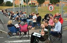 Anh: Hàng trăm phụ huynh xếp hàng trước cổng trường từ 3h sáng để giành suất ăn sáng miễn phí cho con