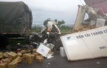 Xe tải đâm đuôi xe đầu kéo khiến 1 người tử vong, người dân phá cabin cứu nạn nhân