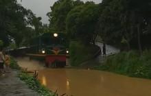 Yên Bái: Người dân đổ ra xem tàu hỏa chạy trong nước ngập lụt chẳng khác gì... tàu thủy