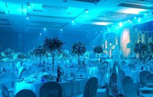 Cận cảnh không gian tiệc cưới ngập tràn hoa tươi nơi diễn ra hôn lễ của Tú Anh và vị hôn phu