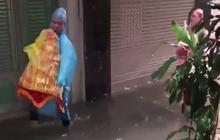 Clip: Đoàn bê tráp nhà trai mặc áo mưa lội nước để vào nhà gái