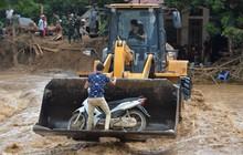 Dùng cẩu chuyên dụng, xe đặc chủng hỗ trợ người dân bị lũ chia cắt tại Yên Bái