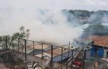 Sài Gòn: Cháy ngùn ngụt xưởng sản xuất sofa sát bên siêu thị Coopmart, hàng trăm cảnh sát PCCC đang dập lửa