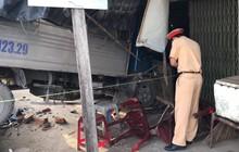 Ô tô tải tông nhau liên hoàn rồi đâm sập nhà dân ở Sài Gòn, 2 người bị thương