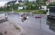 Lâm Đồng: Va chạm với xe máy rồi ngã trượt dài xuống đường, 3 thanh niên bị xe tải tông văng chục mét, 2 người chết