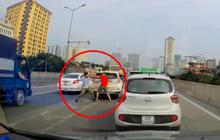 Hà Nội: Sau va chạm giao thông nhẹ, 2 tài xế lập tức lao vào giao đấu mà không nói một lời