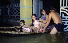 """Người Hà Nội chèo thuyền tìm nơi """"lánh nạn"""" trong đêm: """"Dự đoán nước còn dâng cao nữa nên... chạy thôi"""""""