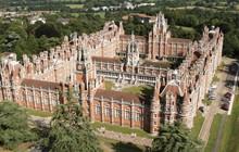 Choáng ngợp với sự nguy nga, tráng lệ của Đại học dành cho giới Hoàng gia Anh: Royal Holloway