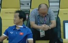 HLV Park Hang Seo không ăn mừng, ngồi tâm trạng khi Quang Hải ghi bàn
