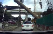 Clip: Đang dừng trên đường, ô tô bị trụ bê tông bất ngờ đổ sập đè trúng