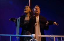 """Ariana đóng """"Titanic"""" phiên bản nhạc kịch: Hát tận 13 hit của đồng nghiệp, lại còn diễn giỏi và hài hước thế này đây"""