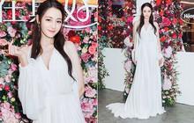 Diện hẳn váy cưới đi dự sự kiện, nên gọi Địch Lệ Nhiệt Ba là cô dâu xinh đẹp hay tiên nữ giữa vườn hoa?