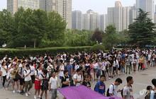 Nhìn sinh viên Trung Quốc xếp hàng dài, chen chúc nhau tưởng họ đi săn đồ sale, ai ngờ tranh chỗ vào thư viện học