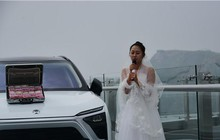 Trung Quốc: Cô gái mang tiền và siêu xe lên cầu kính để thử thách người bạn trai sợ độ cao rồi nhận cái kết đau lòng