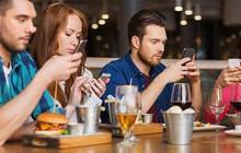 Đừng bao giờ nên dùng smartphone khi ngồi cùng bạn bè, nếu không muốn hậu quả xấu xảy ra