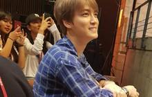 """""""Lén"""" công ty đi xem show hài kịch, trai đẹp Jaejoong vẫn bị """"bắt quả tang"""""""