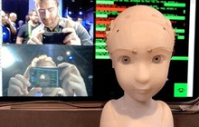Nhóc robot này thích nhìn chằm chằm vào mắt người đối diện với biểu cảm trìu mến