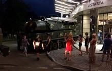Xe chở tên lửa BUK mất lái lao lên vỉa hè, đâm thẳng vào trung tâm thương mại