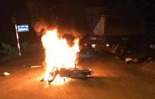 Hà Nội: Xe máy bốc cháy dữ dội sau va chạm với ô tô, anh em song sinh 17 tuổi thương vong