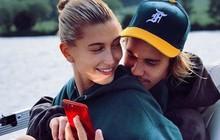 """Hailey Baldwin khoe ảnh ngồi vào lòng """"anh bạn thân"""" Justin Bieber và đeo nhẫn đính hôn 11 tỷ đồng"""