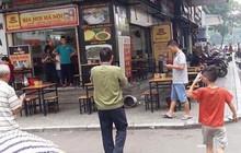 """Hà Nội: Thùng vữa từ """"trên trời rơi xuống"""" làm thủng mái che nhà hàng ở chung cư Linh Đàm, nhiều người hoảng loạn"""