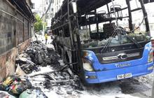 Xe khách giường nằm bốc cháy dữ dội khi đang chất hàng ở Sài Gòn