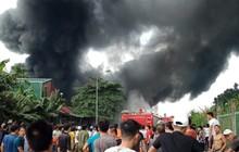 Cháy lớn nhà xưởng gần Đại lộ Thăng Long, cột khói bốc cao hàng chục mét khiến người dân hoảng sợ