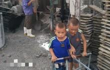 Xót cảnh hai đứa trẻ mồ côi cha hàng ngày theo mẹ đi phu gạch kiếm sống