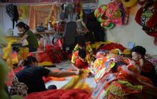Đôi vợ chồng võ sư ở Hà Nội trắng đêm sản xuất đầu lân đón tết Trung thu