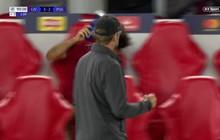Salah ném chai nước, bực tức dù đội nhà có bàn thắng quyết định ở phút bù giờ?