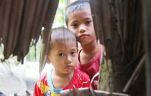 Mẹ bỏ đi lấy chồng, hai đứa trẻ 4 và 7 tuổi không được đi học, phải vào viện chăm cha bệnh tật