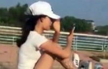Nữ sinh tay cầm điện thoại, chân điều khiển xe máy phóng vun vút trên đường