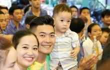 Mới hơn 1 tuổi, con trai Quốc Cơ đã được bố mẹ đưa đi từ thiện để rèn luyện tính cách biết yêu thương cộng đồng