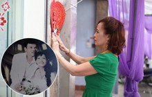 Cô dâu 62 tuổi xúc động khi chú rể 26 tuổi yêu cầu giữ nguyên bức hình cưới với chồng quá cố ở phòng khách