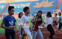 Công Phượng bị bao vây, Minh Vương trốn sau xe vì sự cuồng nhiệt của fan Nam Định